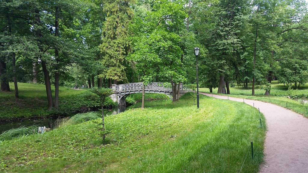 Один из многочисленных мостиков - украшений парка
